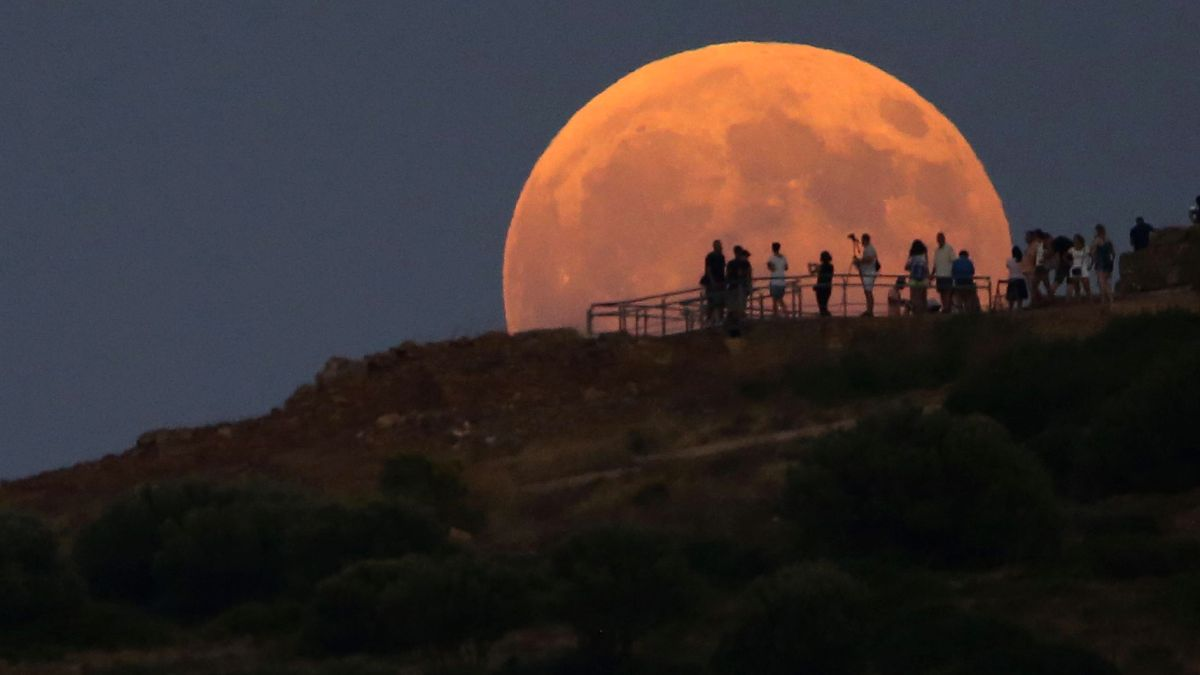 Red moon. Red Moon occurs during a Lunar Eclipse; when the Earth is in between the Sun and Moon the Moon will turn red in color.