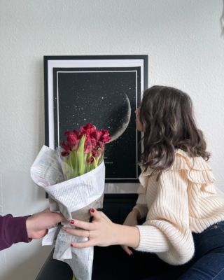 Roses for you and a print to remember That Very Night. ...  📷 @michelabordina ...#thatverynightstudio #thatverynight #moonface #moonphase #memoriescherish #interior #thatveryinterior #valentines #valentinesgift